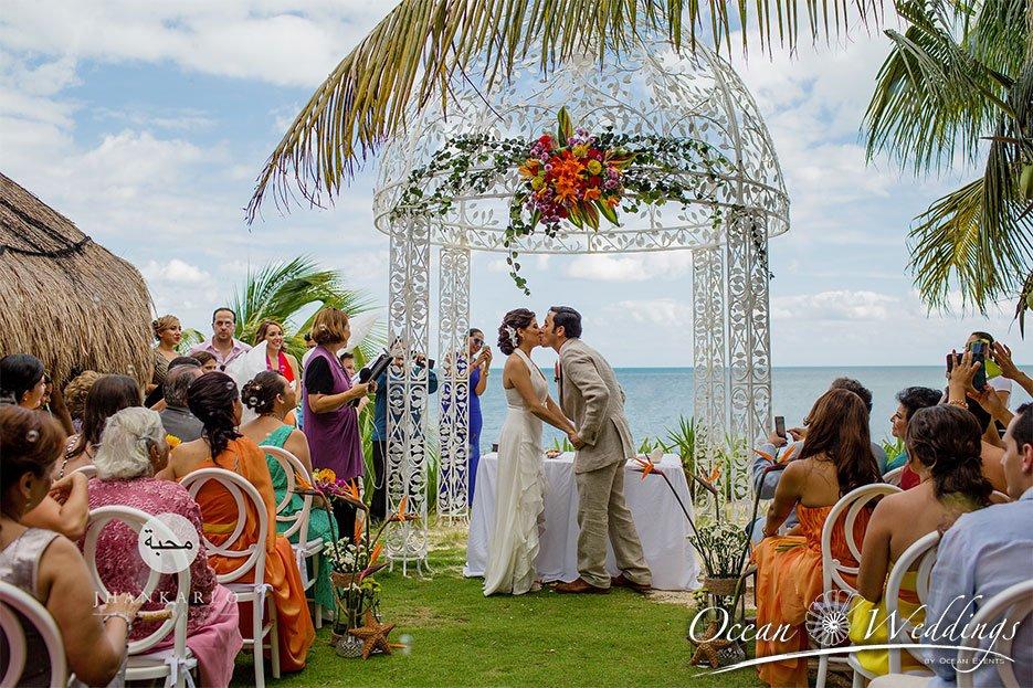 Bodas en Cancún - Ceremonia frente al mar en gazebo