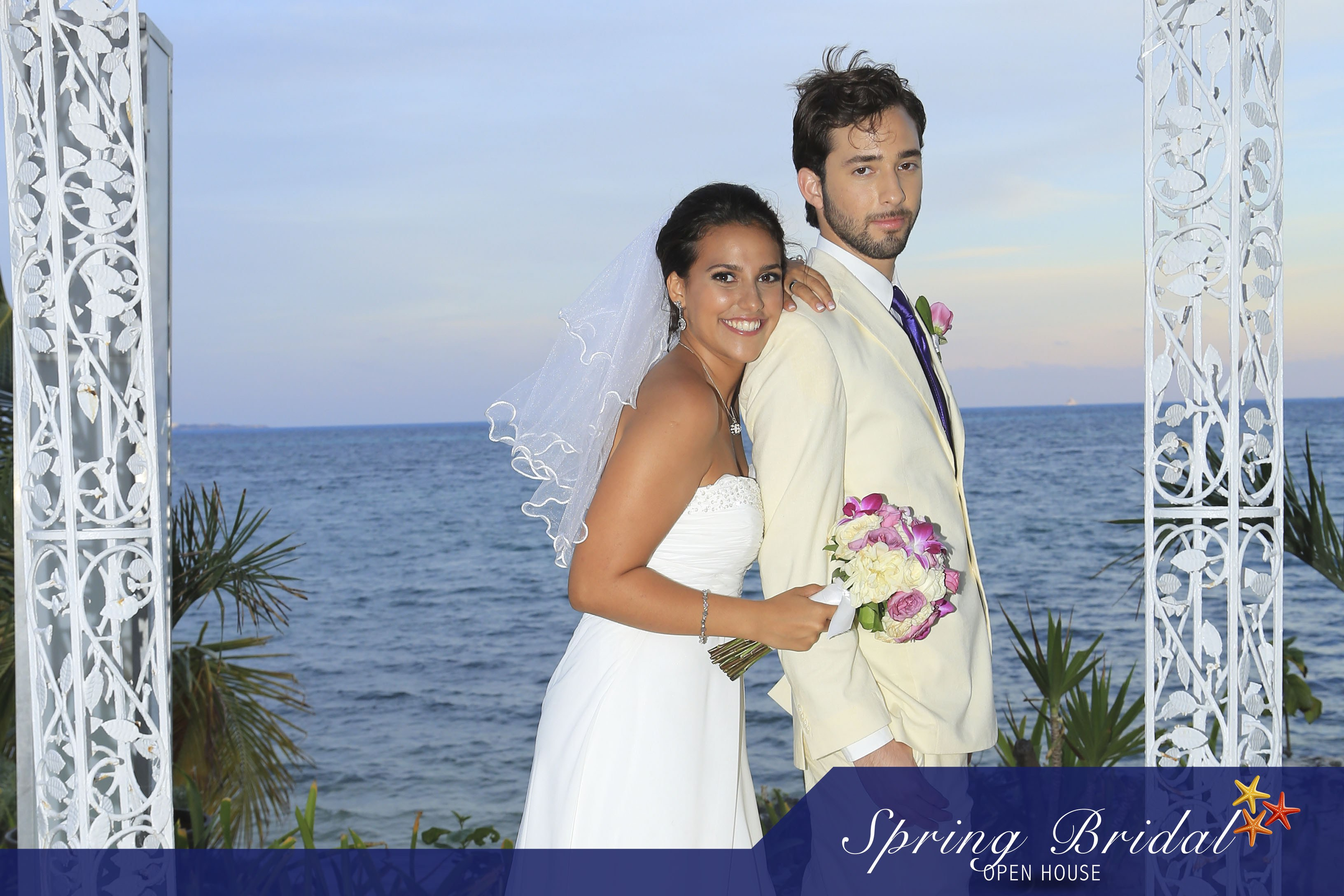 Novios Spring-Bridal-2015 con la espectacular vista en Ocean Weddings