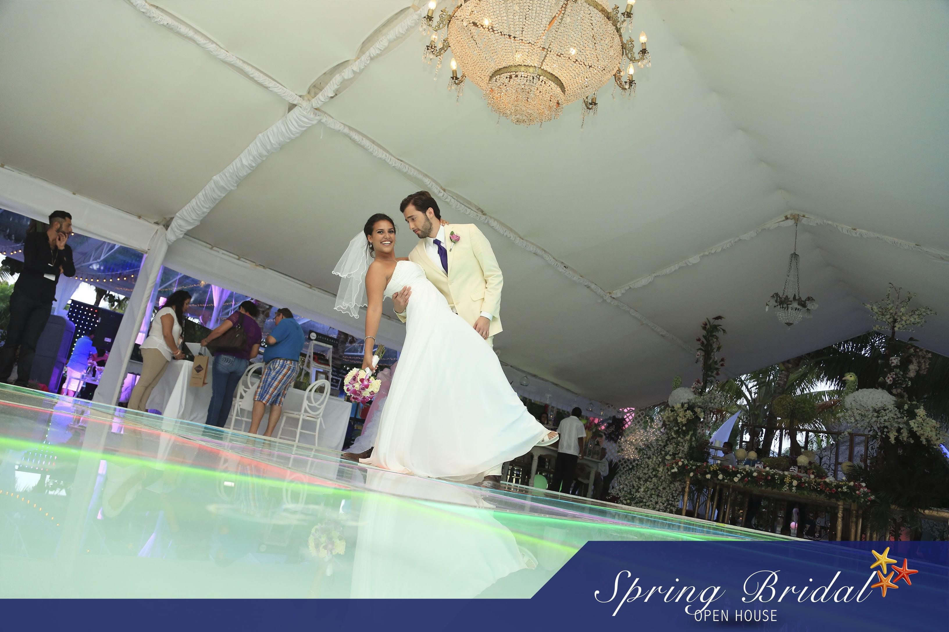 Novios Spring-Bridal-2015 en la pista de baile