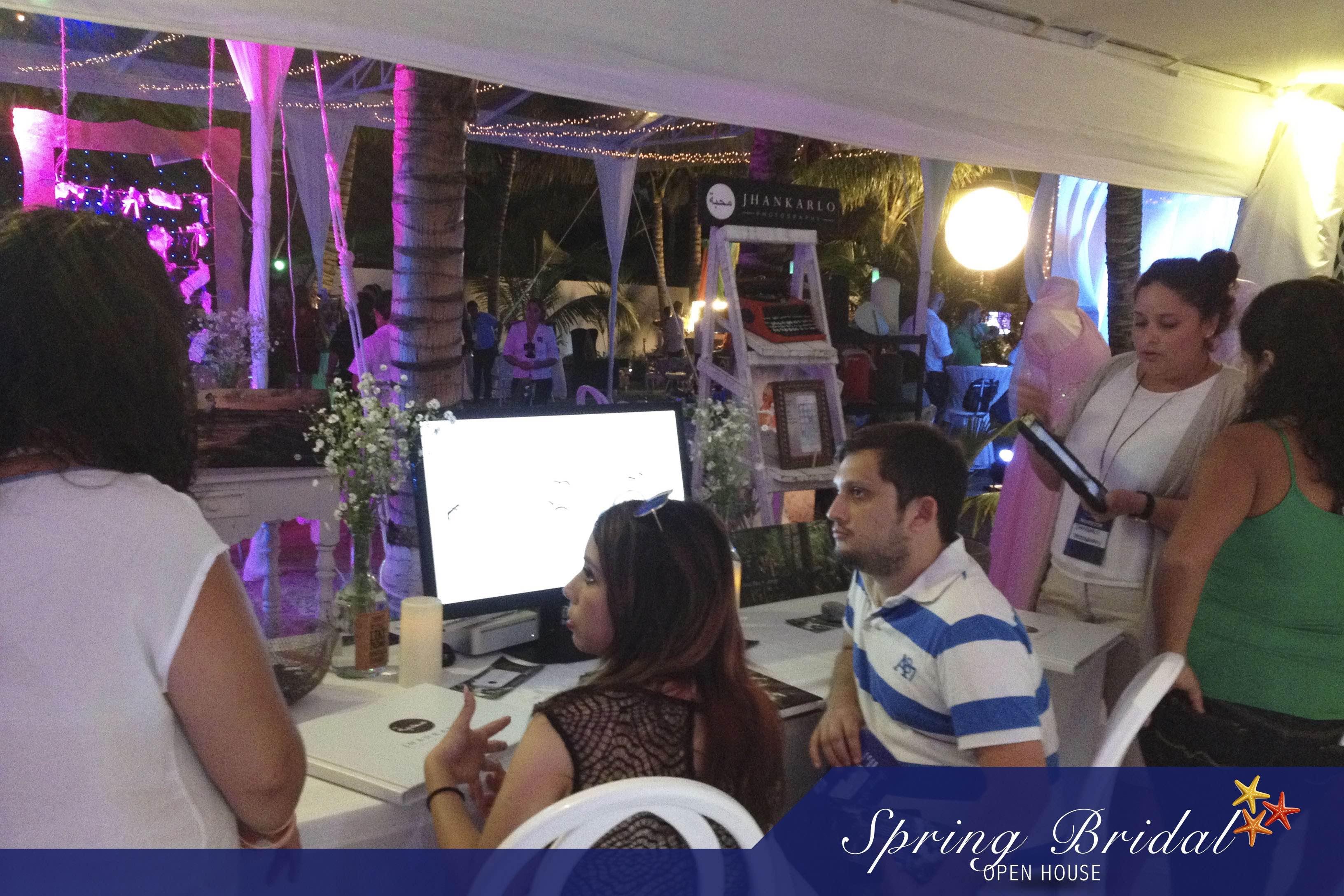 Novios en el stand de Ocean Weddings en el Spring-Bridal-2015